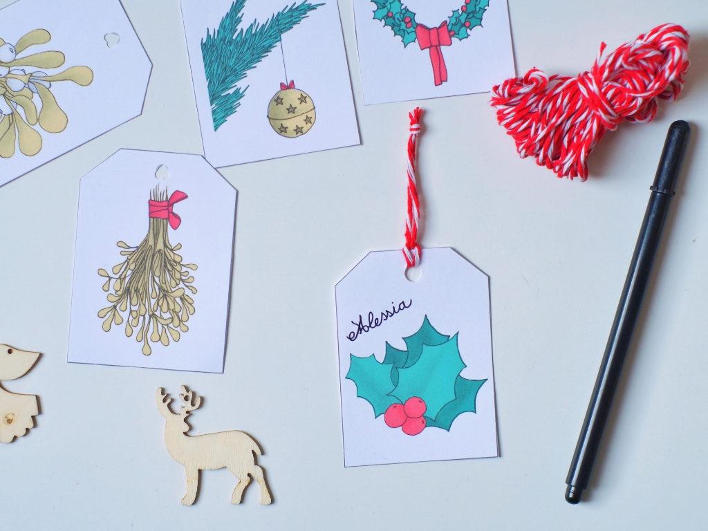 Decorare i pacchetti con le tag natalizie